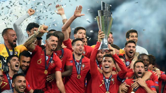 Para pemain Portugal merayakan gelar juara UEFA Nations League setelah mengalahkan Belanda pada laga final di Stadion Dragao, Porto, Minggu (9/6). Portugal menang 1-0 atas Belanda. (AFP/Patricia De Melo)