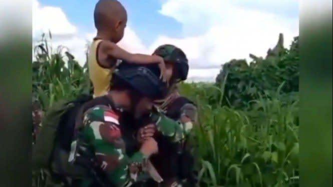 Viral Video Bocah Papua Menangis Minta Digendong Pak TNI