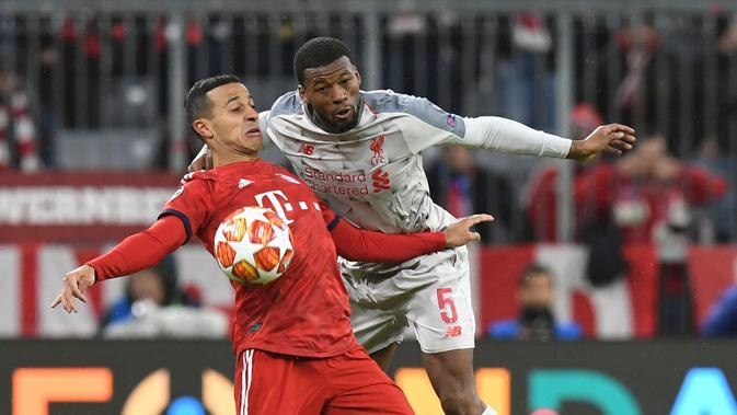Pemain Liverpool, Georginio Wijnaldum berebut bola dengan pemain Bayern Munchen Thiago Alcantara pada leg kedua babak 16 besar Liga Champions di Allianz Arena, Rabu (13/3). Liverpool menundukkan tuan rumah Bayern Munchen 3-1. (AP/Kerstin Joensson)