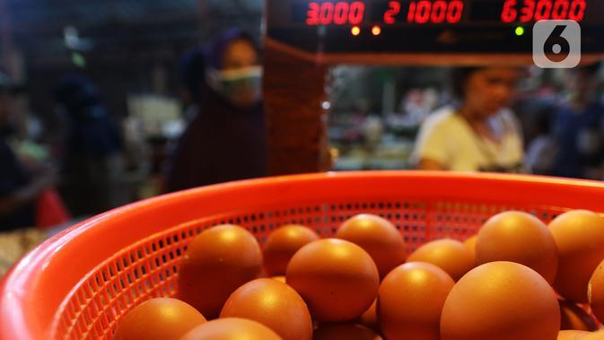 Aktivitas jual beli telur di pasar Kebayoran Lama, Jakarta, Kamis (5/7/2020). Pemerintah lewat Kementerian Pertanian (Kementan) melarang peredaran telur ayam infertil atau telur HE (hatched eggs), tapi kenyataannya masih banyak diperjualbelikan di pasar. (Liputan6.com/Johan Tallo)