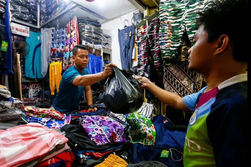 Indonesia's capital bans single-use plastic bags from markets and malls