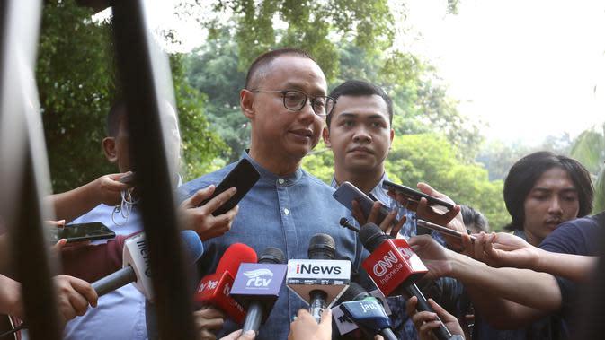 Sekjen PAN Eddy Soeparno memberi keterangan saat tiba di rumah Prabowo Subianto di Kertangara, Jakarta, Jumat (28/6/2019). Prabowo mengumpulkan sekjen partai koalisi Adil Makmur untuk membahas beberapa hal usai putusan MK terkait sengketa Pilpres 2019. (Liputan6.com/Angga Yuniar)