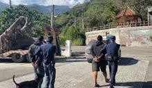 2男駕怪手自荖濃溪挖69萬元樟樹頭 返程遇警察遭依竊盜罪移送