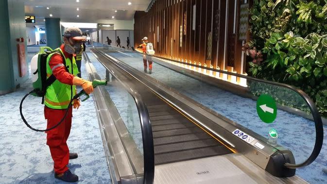 Pengelola Bandara Internasional Soekarno Hatta, PT Angkasa Pura II (AP II), menyemprotkan cairan disinfektan di Terminal 2 dan Terminal 3 Kedatangan Internasional, Kamis (5/3/2020) dini hari.