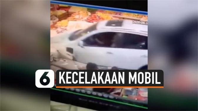 VIDEO: Salah Injak Pedal, Pengunjung Toko Buah Terseret Mobil Kencang