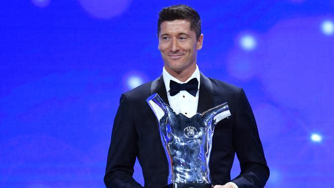 Penyerang Bayern Munchen, Robert Lewandowski tersenyum saat menerima penghargaan Pemain Terbaik UEFA dalam acara UEFA Awards di Genewa, Swiss (1/10/2020).Dalam acara ini Lewandowski juga dinobatkan sebagai penyerang terbaik. (Harold Cunningham / AFP / UEFA)