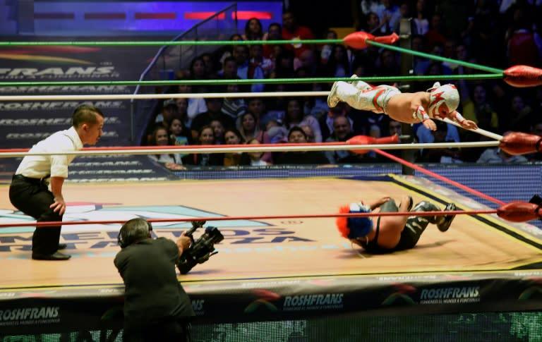 Microman, le plus petit des catcheurs mexicains, saute sur son adversaire pendant un combat à l'arena de Mexico, le 7 septembre 2018