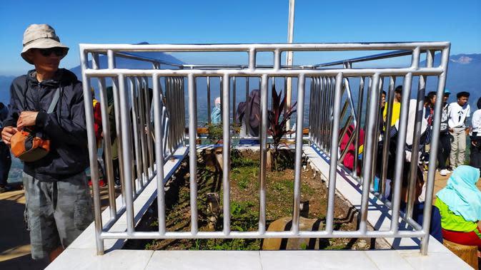 Dua makam leluhur Kerajaan Timanganten yakni Nyimas Ratu Intan Ratna Dewata dan Patih Ki Rambut Putih di kawasan wisata Bukit Intan Dewata. (Liputan6.com/Jayadi Supriadin)
