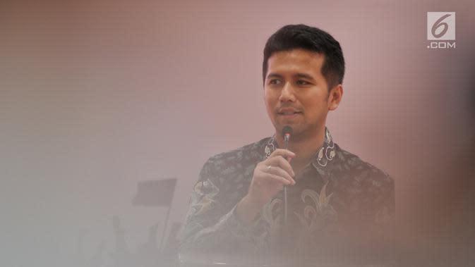 Wakil Gubernur Jawa Timur Emil Dardak memberi pemaparan dalam dialog Jelajah Kebangsaan di Stasiun Gubeng, Surabaya, Kamis (21/2). Dialog bertema 'Mengikuti Semangat Arek Surabaya dalam mempersiapkan Indonesia Emas 2045'. (Liputan6.com/JohanTallo)