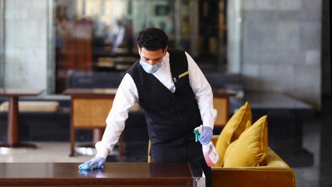 Seorang karyawan memeriksa suhu tubuh seorang wanita di Hotel Conrad di Kairo, Mesir pada Selasa (2/6/2020). Pemerintah Mesir mulai mengizinkan puluhan hotel beroperasi kembali untuk melayani wisatawan lokal dengan kapasitas dibatasi 50 persen. (Xinhua/Ahmed Gomaa)