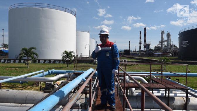Manager Production RU II Pertamina Sei Pakning Nirwansyah meninjau area kilang RU II Sei Pakning, Bengkalis, Riau, Selasa (17/10). Kilang minyak Sei Pakning dibangun pada 1967, lalu dipegang alih Pertamina pada 1975. (Liputan6.com/Yulia)