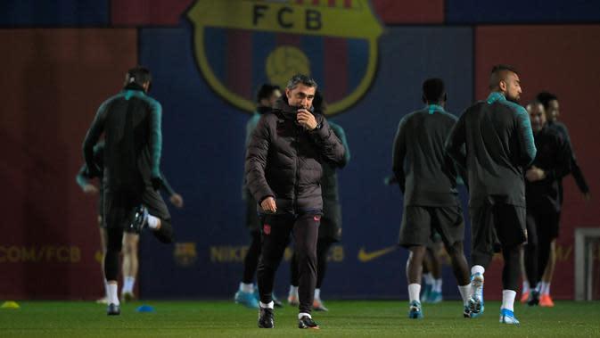 Pelatih Barcelona Ernesto Valverde (tengah) saat menghadiri sesi latihan di Joan Gamper Sports City, Sant Joan Despi, Spanyol, 26 November 2019. Valverde berada di Camp Nou sejak musim panas 2017 dan kontraknya sebenarnya akan berakhir pada Juni nanti. (GEN LLUIS/AFP)