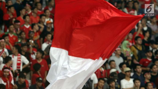 Bendera Merah Putih dikibarkan suporter saat menyaksikan laga Timnas Indonesia U-19 melawan Chinnese Taipei pada penyisihan Grup A Piala AFC U-19 2018 di Stadion GBK, Jakarta, Kamis (18/10). Indonesia unggul 3-1. (Liputan6.com/Helmi Fithriansyah)