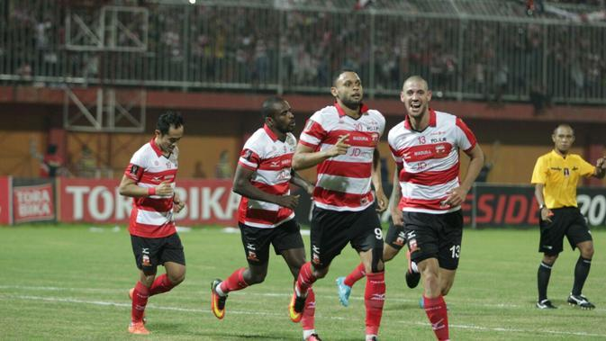 Madura United merayakan gol Luis Carlos di Piala Presiden (Liputan6.com / Musthofa Aldo)