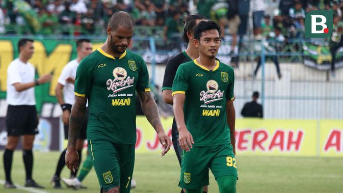 Dua pemain Persebaya, David da Silva dan Bayu Nugroho, setelah laga kontra Bhayangkara FC di Piala Gubernur Jatim di Stadion Gelora Bangkalan, Bangkalan (12/2/2020). (Bola.com/Aditya Wany)