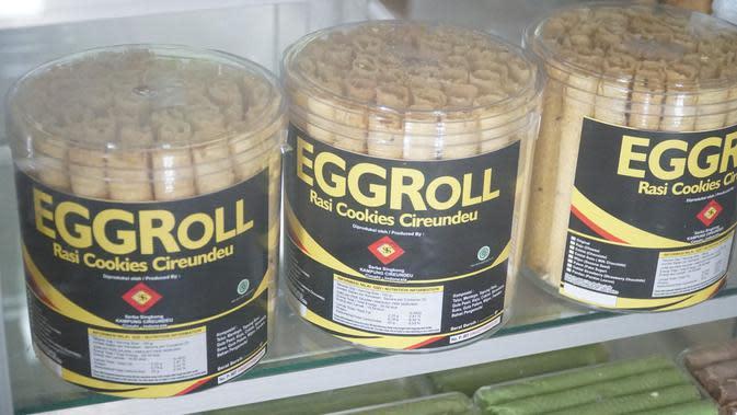 Sebagian warga Kampung Adat Cireundeu terutama kaum ibu, membuat aneka olahan singkong. Salah satunya Egg roll. (Liputan6.com/Huyogo Simbolon)