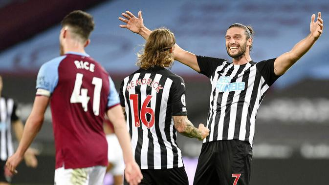 Pemain Newcastle United, Jeff Hendrick dan Andy Carroll merayakan gol yang dicetak ke gawang West Ham United pada laga Premier League di Stadion London, Minggu (13/9/2020). Newcastle United menang dengan skor 2-0. (Michael Regan/Pool via AP)