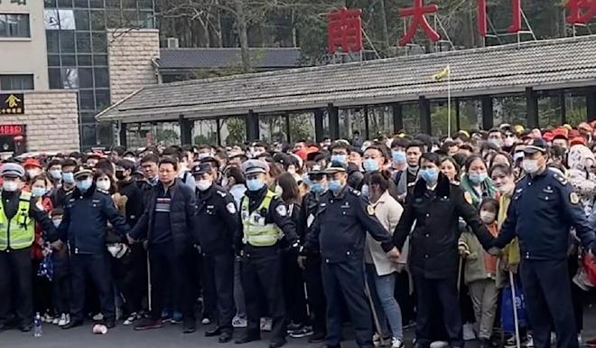 Police try to hold back visitors to the mountain range. Photo: Weibo