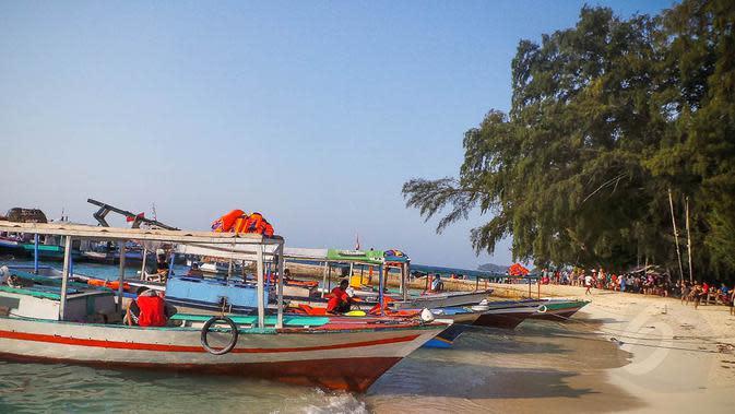 Para backpacker menggunakan jasa perahu di muara angke untuk menuju pulau harapan di kawasan Kepulauan Seribu, Jakarta. (Liputan6.com/Faizal Fanani)