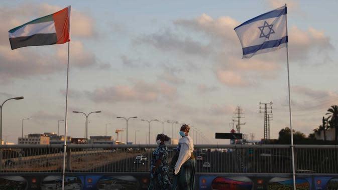 Bendera Uni Emirat Arab dan Israel dikibarkan di Jembatan Perdamaian di Netanya, Israel. (Ariel Schalit/AP)