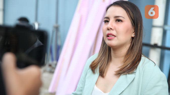 Tya Ariestya usai hadir jadi bintang tamu acara Rumpi, di kawasan Kapten Tendean, Jakarta Selatan, Rabu (26/2/2020). (Adrian Putra/Fimela.com)