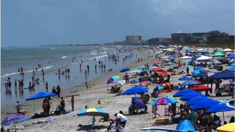 Pantai di Florida pada tanggal 4 Juli lalu.