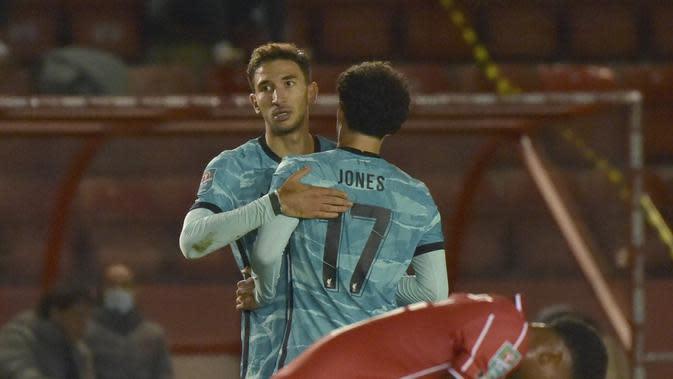 Pemain Liverpool, Marko Grujic (kiri) berselebrasi dengan rekan satu tim setelah mencetak gol ke gawang Lincoln City pada putaran ketiga Piala Liga Inggris di stadion LNER, Lincoln, Inggris, Kamis (24/9/2020). Liverpool menang telak 7-2 atas Lincoln City. (AP Photo / Rui Vieira, Pool)