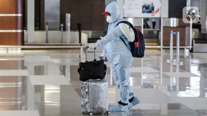 Calon penumpang pesawat menggunakan alat pelindung diri (APD) di Terminal 3 Bandara Soekarno-Hatta (Soetta), Tangerang, Banten, Senin (11/5/2020). Calon penumpang menggunakan APD untuk melindungi diri dari penularan virus corona COVID-19. (Liputan6.com/Faizal Fanani)