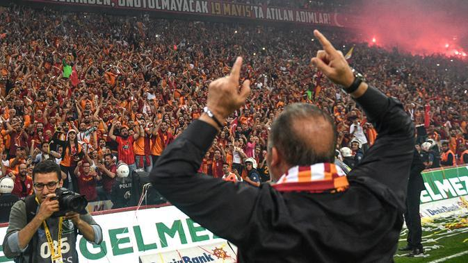 Pelatih Galatasaray Fatih Terim menyapa suporter saat merayakan gelar Liga Turki usai pertandingan melawan Istanbul Basaksehir di Turk Telekom Arena di Istanbul (19/5/2019). Galatasaray memastikan gelar liga Turki ke-22 usai mengalahkan Istanbul Basaksehir 2-1. (AFP Photo/Bulent Kilic)