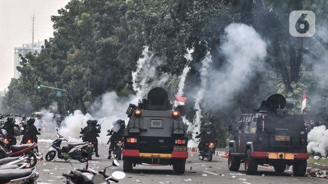 Pasukan Brimob menggunakan kendaraan lapis baja saat berusaha memukul mundur massa di kawasan Patung Kuda, Jakarta, Selasa (13/10/2020). Kepolisian mengerahkan pasukan Brimob Nusantara untuk mengamankan bentrokan saat aksi menolak UU Cipta Kerja. (merdeka.com/Iqbal S N ugroho)