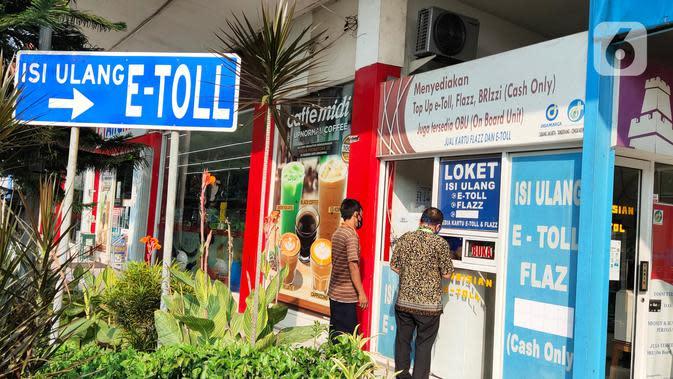 Pengunjung mengisi ulang E-Toll saat berada di Rest Area Km 13,5 di Tol Tangerang, Selasa (19/5/2020). Jelang Lebaran 2020, PT Jasamarga Related Business (JMRB) menerapkan PSBB di semua rest area yang dikelolanya dengan membatasi waktu singgah pengunjung maksimal 30 menit (Liputan6.com/Angga Yuniar)