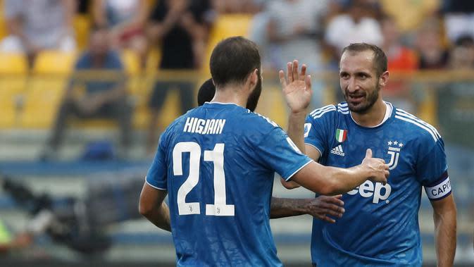 Bek Juventus Giorgio Chiellini berselebrasi bersama rekan setimnya, Gonzalo Higuain, usai mencetak gol ke gawang Parma pada pekan pertama Liga Italia di the Tardini stadium, Sabtu (24/8/2019). (AP Photo/Antonio Calanni)