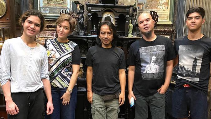 Dalam foto tersebut, tampak Dewa Budjana, Ahmad Dhani, Maia Estianty, Al Ghazali, dan Dul Jaelani berfoto bersama (https://www.instagram.com/p/B9l0im-g73E/)