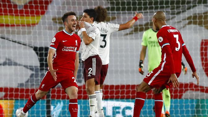 Kegembiraan pemain Liverpool, Diogo Jota (kiri), setelah mencetak gol ke gawang Arsenal pada laga Liga Inggris di Stadion Anfield, Selasa (29/9/2020). (AP/Jason Cairnduff)