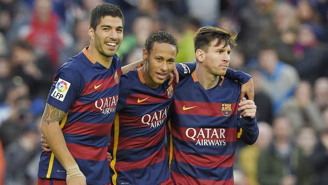 Striker Barcelona, Neymar Jr, bersama Lionel Messi dan Luis Suarez merayakan gol yang dicetaknya ke gawang Real Sociedad pada laga La Liga Spanyol di Stadion Camp Nou, Barcelona, Sabtu, (28/5/2015). (AFP/Lluis Gene)
