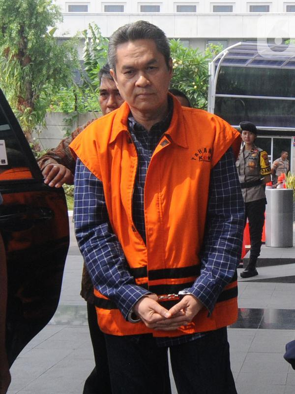 Direktur Keuangan PT Angkasa Pura (AP) II, Andra Y Agussalam berjalan masuk akan menjalani pemeriksaan lanjutan di Gedung KPK, Jakarta, Rabu (6/11/2019). Andra Y Agussalam diperiksa sebagai tersangka untuk melengkapi berkas. (merdeka.com/Dwi Narwoko)