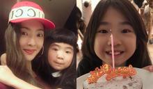 曹格、吳速玲替女兒慶祝10歲生日!招牌臉頰肉消失,網驚:「包子妹」變少女了