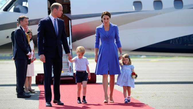 Pangeran William dan Kate Middleton serta kedua anak mereka, Pangeran George dan Putri Charlotte tiba di bandara Tegel, Berlin, Rabu (19/7). Menjalani tur, keluarga kerajaan Inggris itu kompak memakai nuansa biru dalam busananya. (Steffi Loos/Pool via AP)