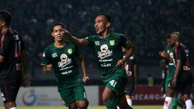 Pemain Persebaya merayakan gol yang dicetak Irfan Jaya dalam laga kontra Persipura Jayapura dalam pekan ke-12 Shopee Liga 1 2019 di Stadion Gelora Bung Tomo, Surabaya, Jumat (2/8/2019). (Bola.com/Aditya Wany)