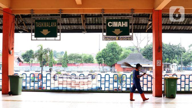 Petugas kebersihan melintasi ruang tunggu keberangkatan Terminal Kampung Rambutan, Jakarta, Sabtu (25/4/2020). Untuk mencegah dan memutus mata rantai penularan virus Covid-19, pemerintah resmi melarang aktivitas mudik pada Jumat (24/4) lalu. (Liputan6.com/Helmi Fithriansyah)