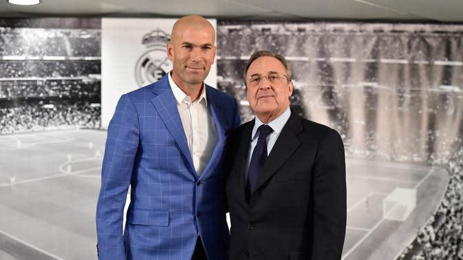 Presiden Real Madrid Florentino Perez memperkenalkan Zinedine Zidane (kiri) menjadi pelatih klub tersebut di stadion Santiago Bernabeu, Senin (4/1/2016). Zidane menggantikan Rafael Benitez yang baru saja dipecat manajemen. (AFP PHOTO/GERARD JULIEN)