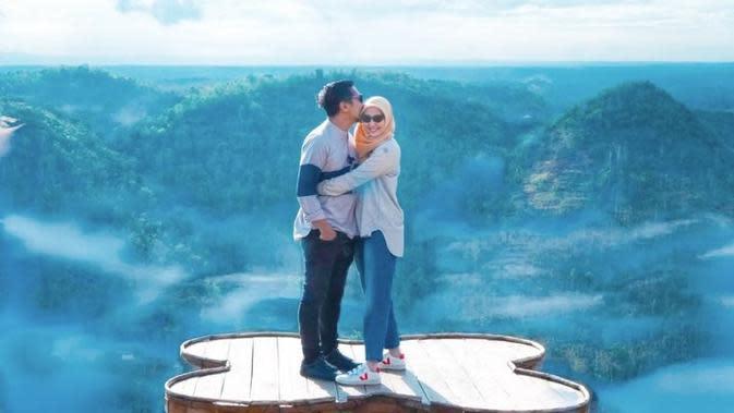Sejak menikah hingga sekarang, pasangan ini jauh dari gosip. Keduanya menikah pada tahun 2005 dan dikaruniai tiga anak Misbareta Fathir Gavin Daffa, Misbareta Aisyah Mikhaila dan Mezbareta Yusuf Athala. (Instagram/ariekuntung)
