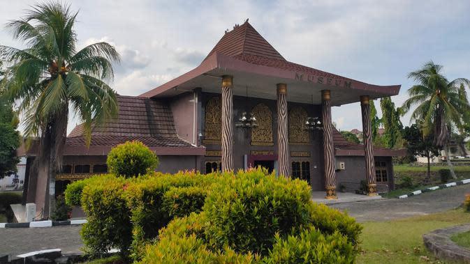 Museum Negeri Sumsel mengelola Rumah Limas dan peninggalan barang-barang bersejarah yang berusia ratusan tahun (Liputan6.com / Nefri Inge)