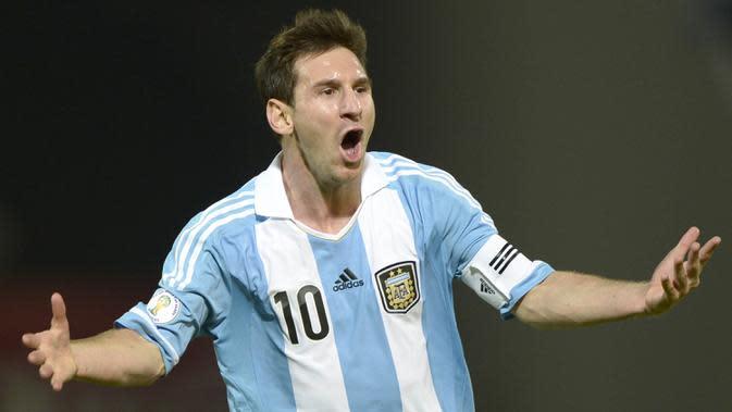 Bintang Argentina, Lionel Messi, merayakan gol yang dicetaknya ke gawang Paraguay pada laga kualifikasi Piala Dunia 2014 di Stadion Mario Kempes, Buenos Aires, Jumat (7/9/2017). (AFP/Juan Mabromata)
