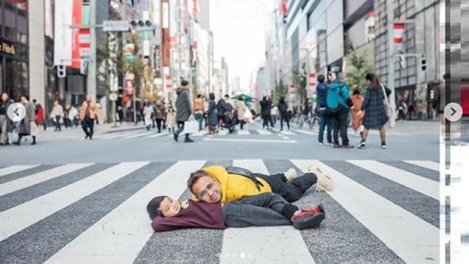 Raffi Ahmad dan Rafathar tampak santai bercanda sambil tiduran di kawasan Ginza, Tokyo, Jepang (Dok.Instagram/@raffinagita1717/https://www.instagram.com/p/B5mWkDGhfbj/Komarudin)