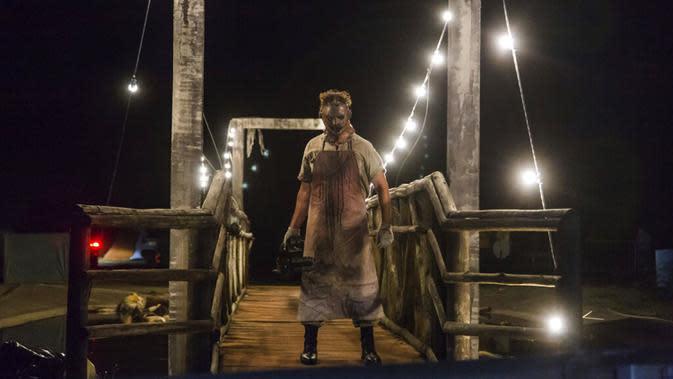 Seorang aktor berpakaian seperti Leatherface tampil di taman hiburan horor Hopi Hari, pinggiran Vinhedo, Sao Paulo, Brasil, Jumat (4/9/2020). Karena pembatasan akibat COVID-19, taman hiburan horor Hopi Hari menampilkan pertunjukan secara drive-thru. (AP Photo/Carla Carniel)