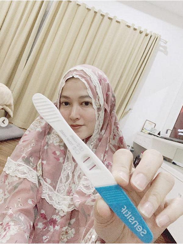 Satu foto alat test kehamilan yang menandakan dua strip dan satu foto lagi, Lyra Virna memegang alat tes kehamilan. Foto dibagikan pada 13 Januari di akun @lyravirna. (Instagram/lyravirna)