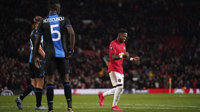 Gelandang Manchester United, Fred (kanan) berselebrasi dengan rekannya usai mencetak gol ke gawang Club Brugge pada leg kedua 32 besar Liga Europa di Old Trafford, Inggris, Kamis, (27/2/2020). Fred mencetak dua gol dipertandingan ini dan mengantar MU menang telak 5-0. (AP Photo/Dave Thompson)
