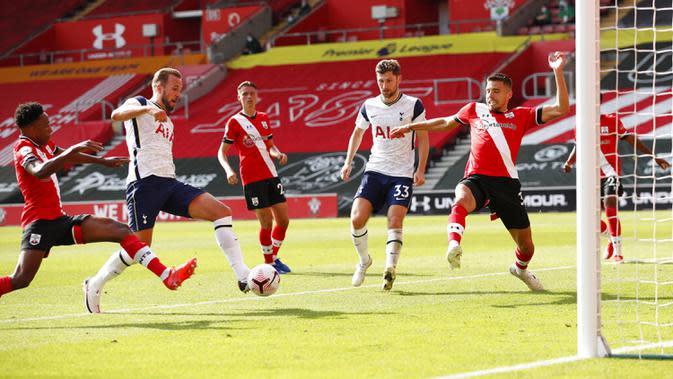 Pemain Tottenham Hotspur Harry Kane (kedua kiri) mencetak gol ke gawang Southampton pada pertandingan Liga Premier Inggris di Stadion St. Mary, Southampton, Inggris, Minggu (20/9/2020). Tottenham menekuk Southampton 5-2, Son Heung-min menyumbang empat gol. (Andrew Boyers/Pool via AP)