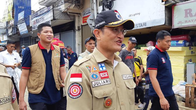 Menteri Sosial Juliari Peter Batubara meninjau lokasi banjir Kampung Pulo, Jatinegara Barat, Jakarta Timur, Kamis (2/1/2020) siang. (Liputan6.com/Fachrur Rozie)